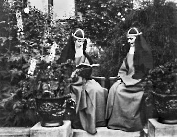 Moder Elisabeth (t.h.) med søster Reginalda ved besøk på Rockelstad i Sörmland i juli 1923. Foto: Eric von Rosen, Katolska biskopsämbetets arkiv
